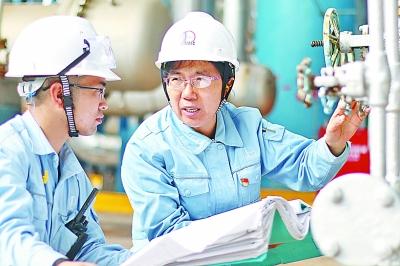 张恒珍(右)在指导生产运行.柯裕清 摄图片